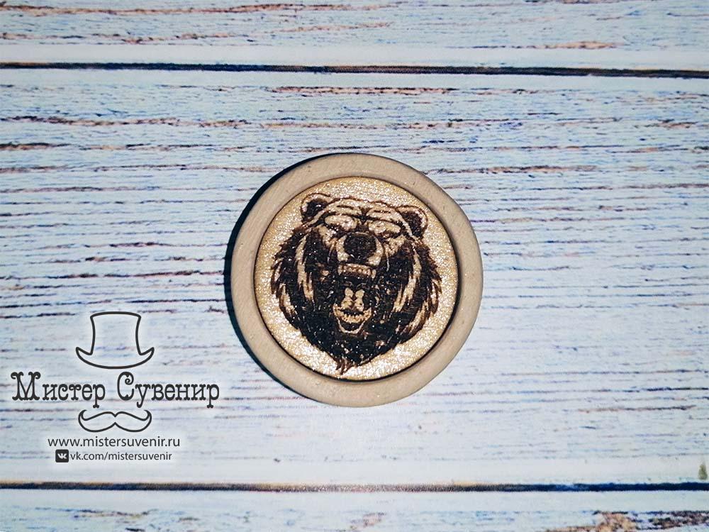 Гравировка медведя на фишке для нард