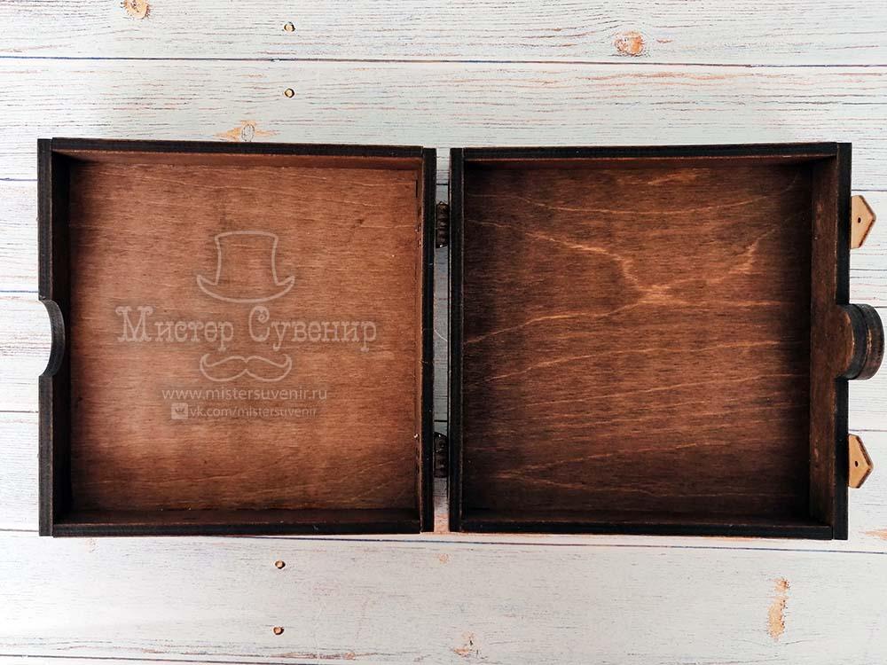 Сокровища пирата внутри деревянной шкатулки