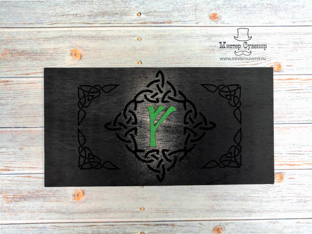 Крышка шкатулки украшена зеленой руной Феху