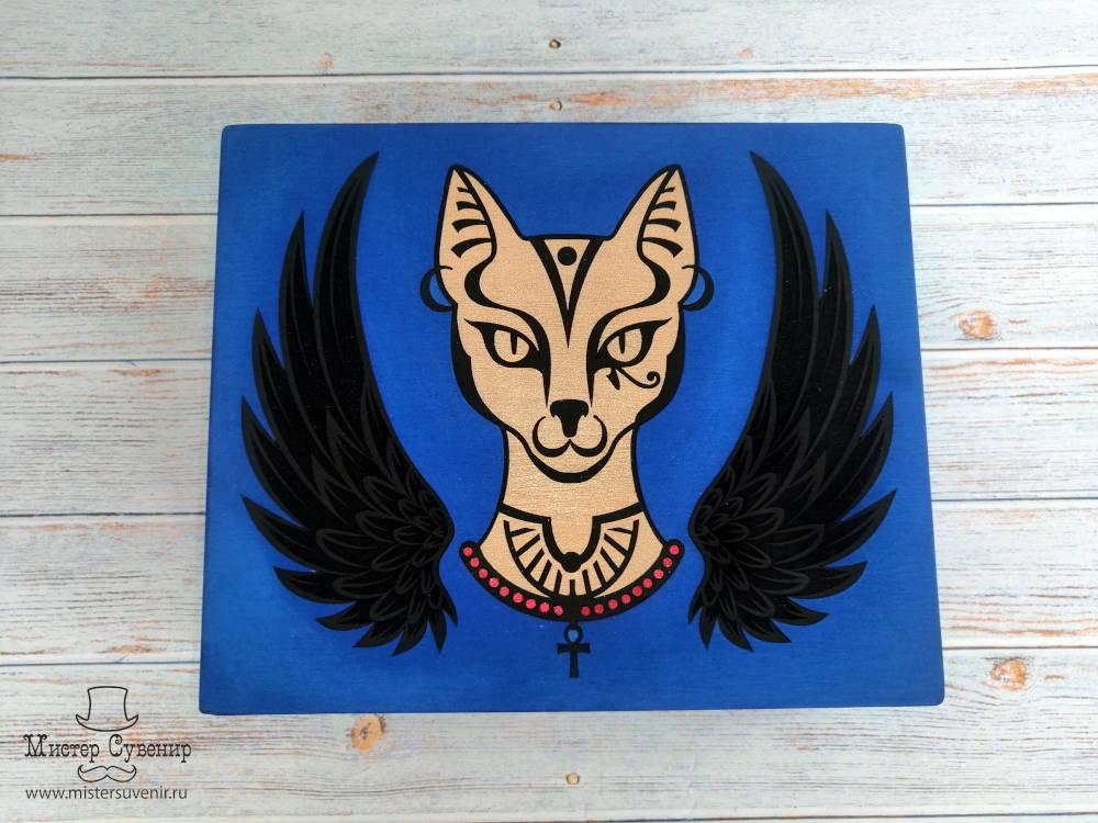 Баст изображена в виде золотой кошки с крыльями