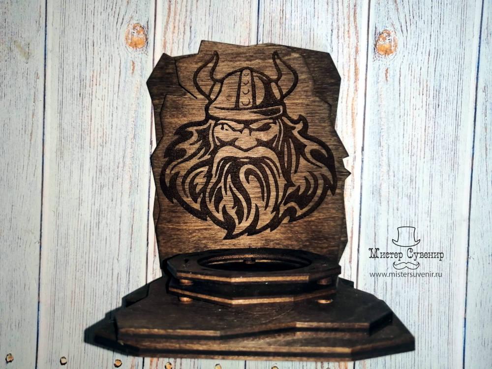 Гравировка Одина на деревянном алтаре