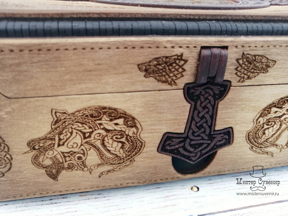 Деревянный замочек на шкатулке с рунами