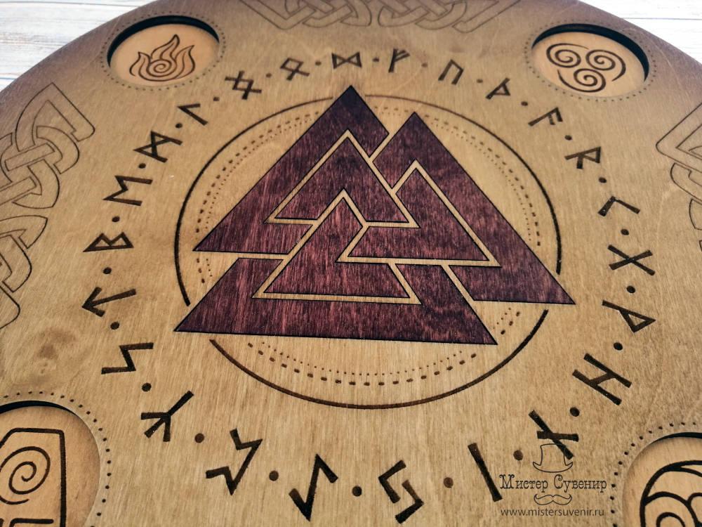 Деревянный алтарь Валькнут с рунами