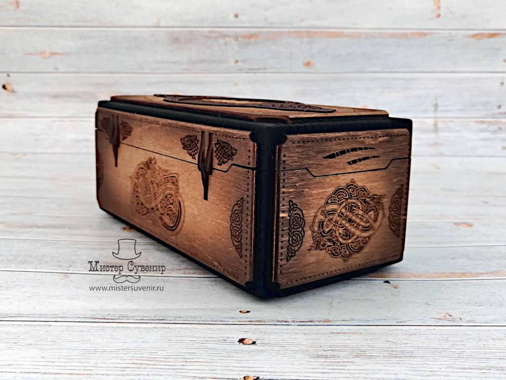 Декоративные элементы вокруг деревянных петель