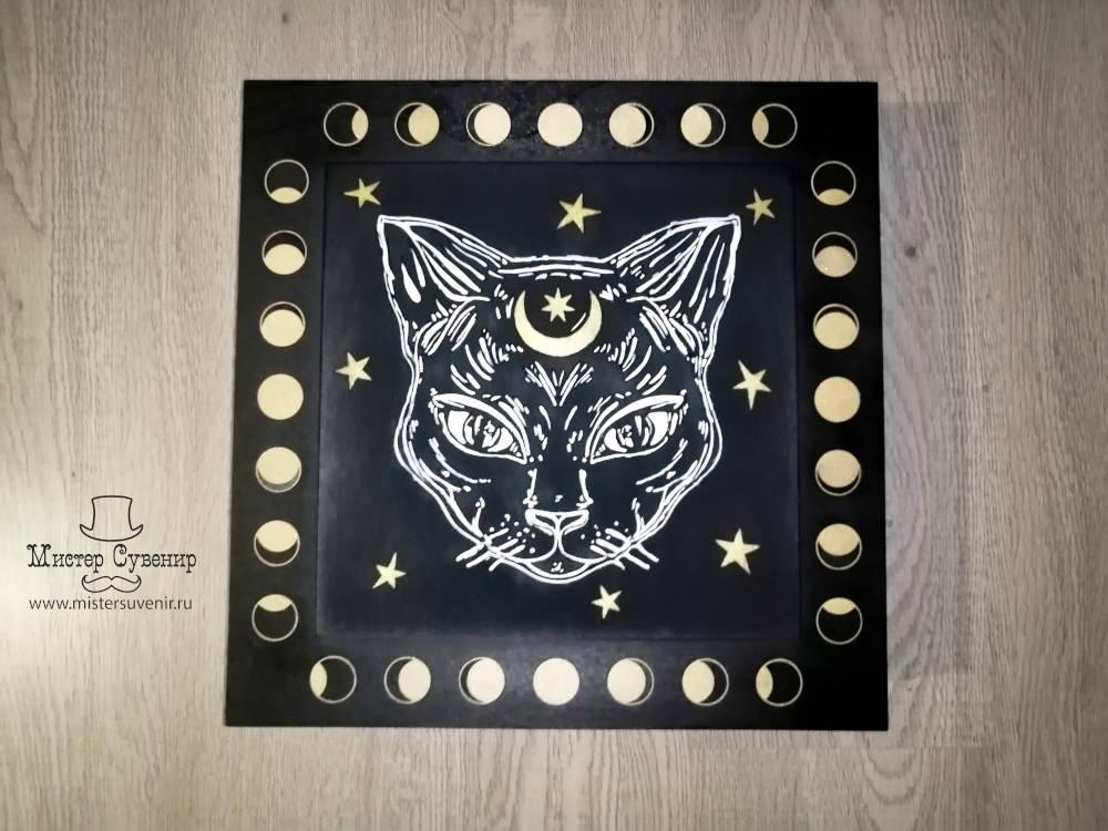 Кошка нарисована в ручную на коробе