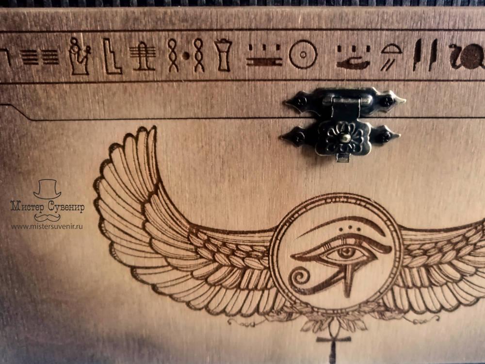 Гравировки египетской тематики на шкатулке из дерева