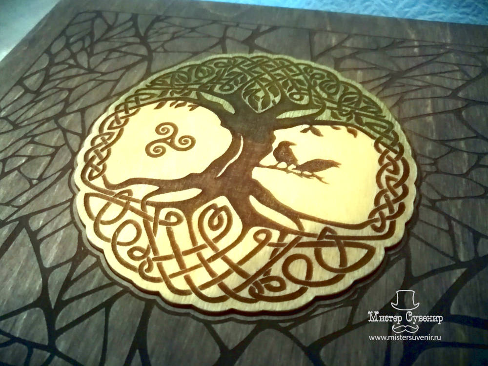 Иггдрасиль украшает крышку комодика