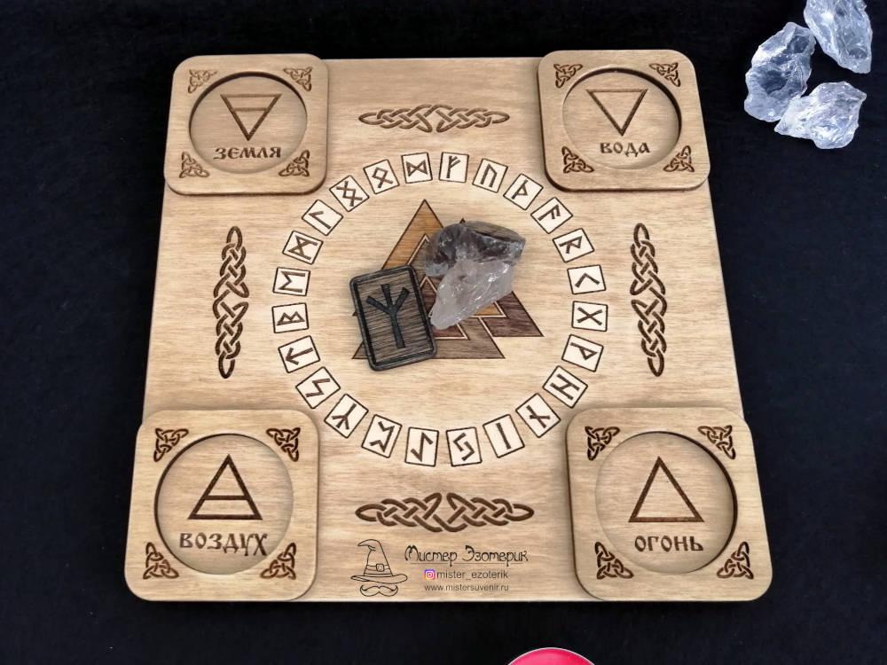 Руна и кристалл на алтаре ручной работы